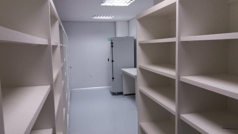 Estante aberta em laminado para estoque de material.