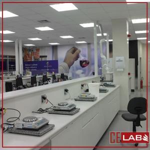 Bancada de madeira para laboratorio